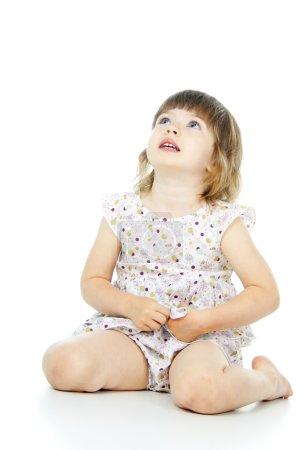 Photo pour Petit enfant assis sur le sol - image libre de droit