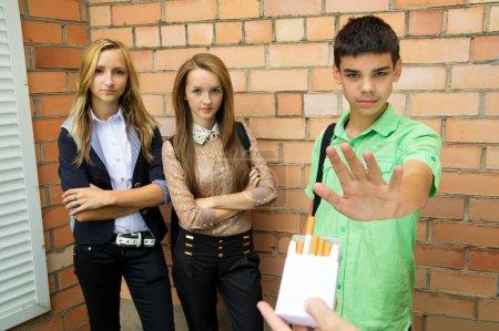 Photo pour Les jeunes disent qu'il n'y a pas de fumée - image libre de droit