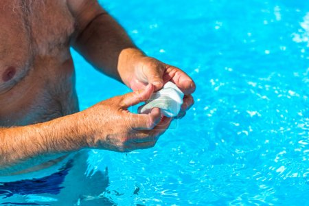 Clean the water line of a pool