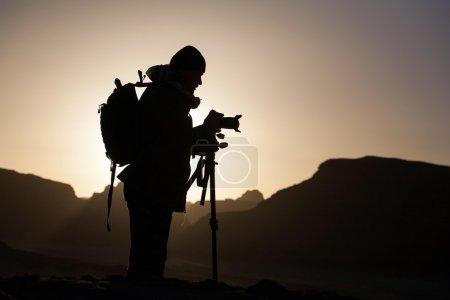 Photo pour Photographe au lever du soleil dans le désert - image libre de droit