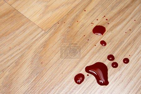 Foto de Gotas de sangre en una textura de suelo laminado - Imagen libre de derechos