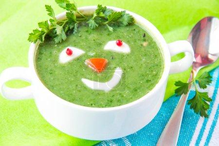 Foto de Sopa de verduras verde con una cara sonriente - Imagen libre de derechos