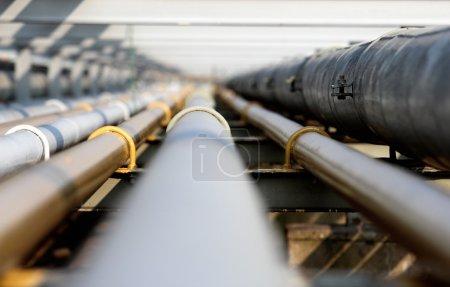 Photo pour Tuyau d'acier au pétrole dans le groupe - image libre de droit