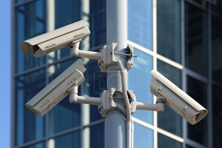 Photo pour Trois caméras de surveillance cctv sur le pylône rue - image libre de droit