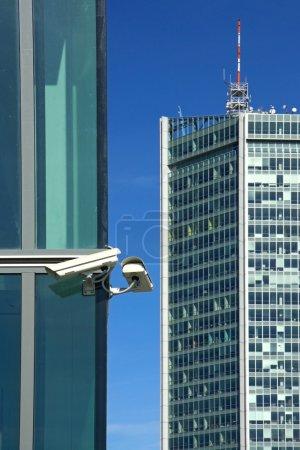 Photo pour Caméras de deux sec sur la façade en verre - image libre de droit