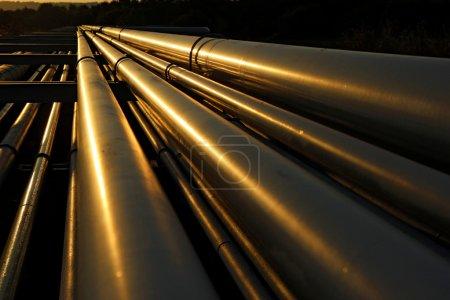 Photo pour Vue spectaculaire des tuyaux en acier dans la raffinerie de pétrole - image libre de droit