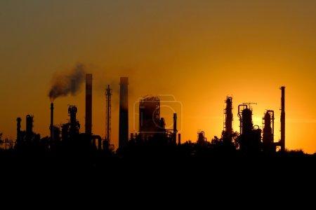 Photo pour Silhouette d'usine de raffinerie de pétrole d'ibig pendant le coucher du soleil - image libre de droit