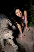 Krásná Asiatka v temné noci