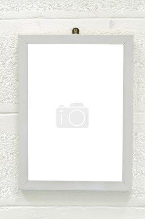 Marco de madera vacío en la pared blanca