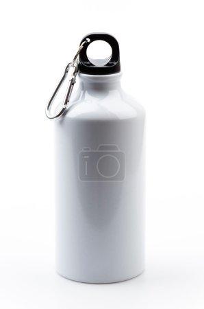 Photo pour Bouteille d'eau en acier inoxydable isolé sur fond blanc - image libre de droit