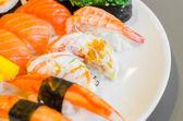 Japonské jídlo sushi v desce