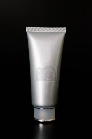 Photo pour Flacon cosmétique vierge sur fond noir - image libre de droit