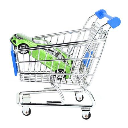 Photo pour Voiture dans le panier d'achat sur fond blanc - image libre de droit