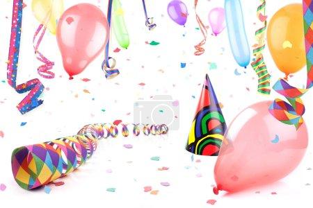 Photo pour Chapeau de fête sous la pluie de confettis, des ballons et des banderoles. - image libre de droit