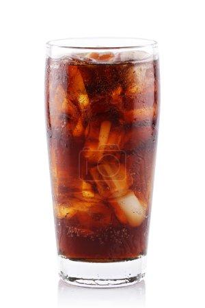Photo pour Soda glacé en verre sur fond blanc. - image libre de droit