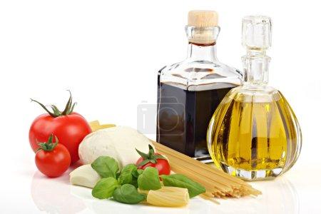 Photo pour Ingrédients alimentaires italiens sur fond blanc - image libre de droit