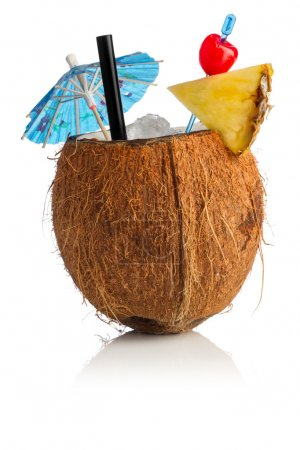 Photo pour Cocktail noix de coco devant fond blanc - image libre de droit