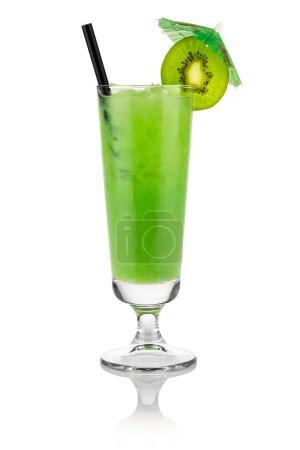 Photo pour Cocktail kiwi devant fond blanc - image libre de droit