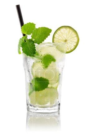 Photo pour Cocktail mojito devant fond blanc - image libre de droit