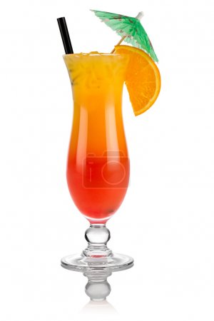 Photo pour Cocktail tequila lever de soleil devant fond blanc - image libre de droit
