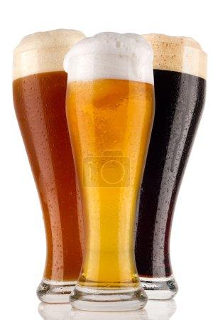 Photo pour Bière de blé différent devant fond blanc - image libre de droit