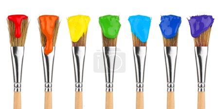 Photo pour Pinceaux de peinture aux couleurs arc-en-ciel devant fond blanc - image libre de droit