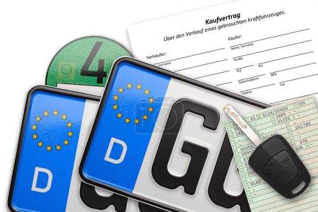 Photo pour Plaques d'immatriculation allemandes avec clé de contrat et des documents sur fond blanc - image libre de droit