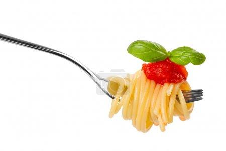 Photo pour Fourchette avec sauce spaghetti et basilic sur fond blanc - image libre de droit