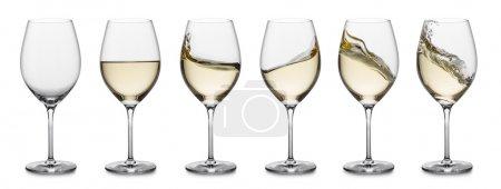 Photo pour Rangée de verres à vin blanc, pleins, vides et avec éclaboussures . - image libre de droit