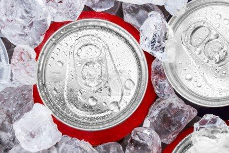 Photo pour Canettes de boissons avec de la glace pilée - image libre de droit