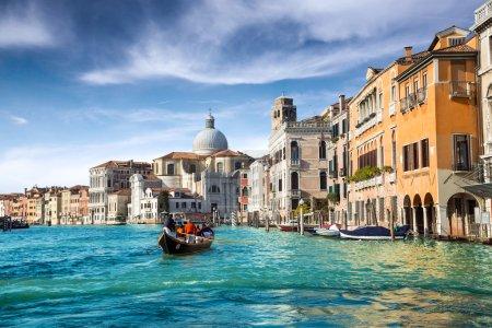Photo pour Gondole dans le canal de Venise - image libre de droit