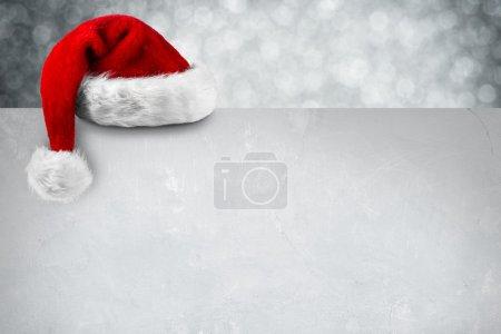 Photo pour Bonnet de noel sur la carte de Noël blanc - image libre de droit