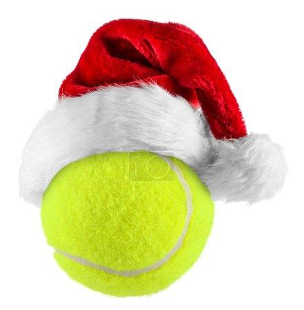 Photo pour Bonnet de noel sur la balle de tennis sur fond blanc - image libre de droit