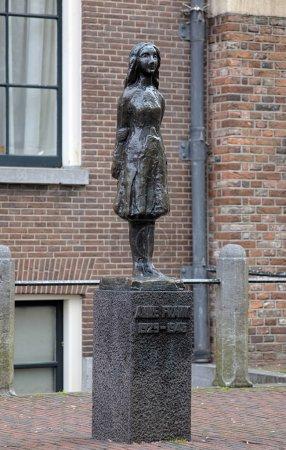 Photo pour Monument d'Anne Frank devant le Westerkerk à Amsterdam, Pays-Bas - image libre de droit