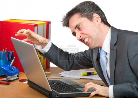 Photo pour Homme d'affaires est en colère à propos de son PC - image libre de droit