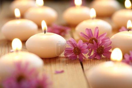 Photo pour Gros plan de fleurs et de bougies - image libre de droit