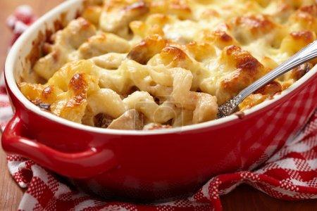 Photo pour Macaroni au fromage, poulet et champignons - image libre de droit