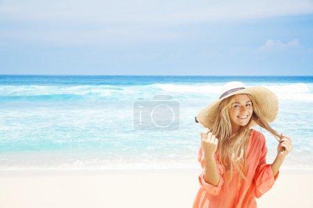 Foto de Mujer en ropa blanca refrescante en el océano, bali - Imagen libre de derechos