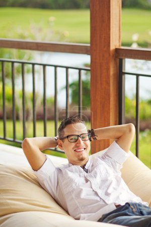 Photo pour Homme sur le canapé - image libre de droit