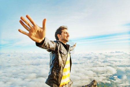 Photo pour Homme sur une montagne - image libre de droit