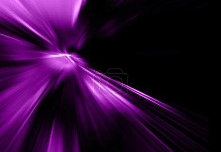 Photo pour Rayons violets abstraits sur fond noir - image libre de droit