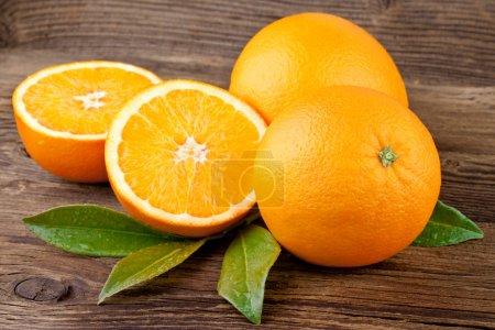 Photo pour Fruits oranges sur fond en bois - image libre de droit