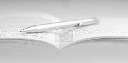 Photo pour Le livre est un stylo, image miroir - image libre de droit