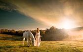 ženy s bílým koněm