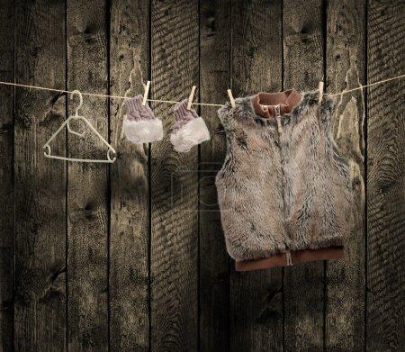 Photo pour Vêtements d'hiver pour femmes sur une corde à linge - image libre de droit