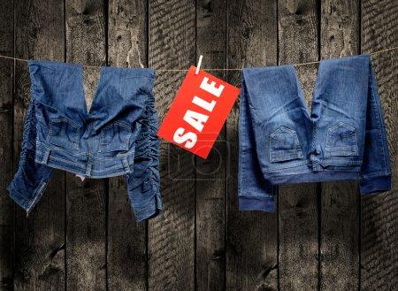 Photo pour Jeans, inscription de la vente sur corde à linge - image libre de droit