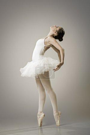 Photo pour Portrait de la danseuse de ballet au ballet pose - image libre de droit