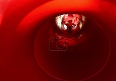 Photo pour L'intérieur d'une grande goulotte rouge - image libre de droit