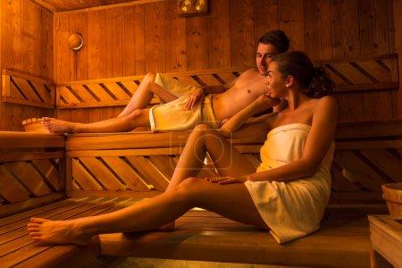Photo pour Jeune couple dans un sauna - image libre de droit