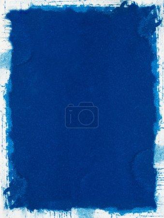Photo pour Un fond bleu grunge avec une bordure blanche déchiquetée . - image libre de droit